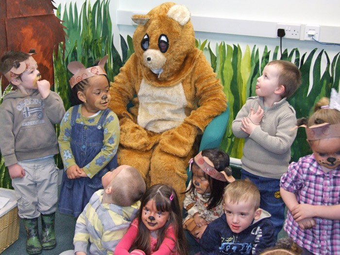 The children with the bear in the library